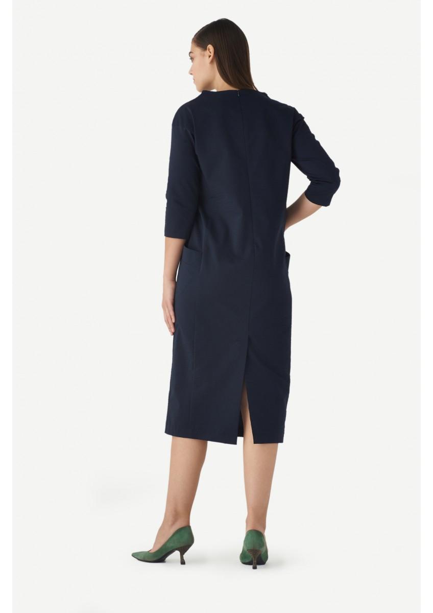 Женское платье цвета неви с фактурой