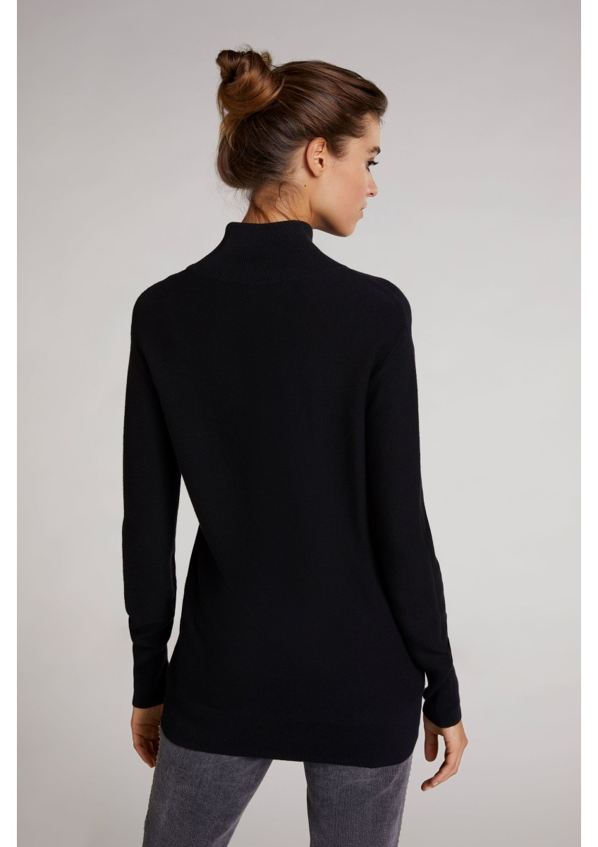 Женский пуловер с высоким воротом